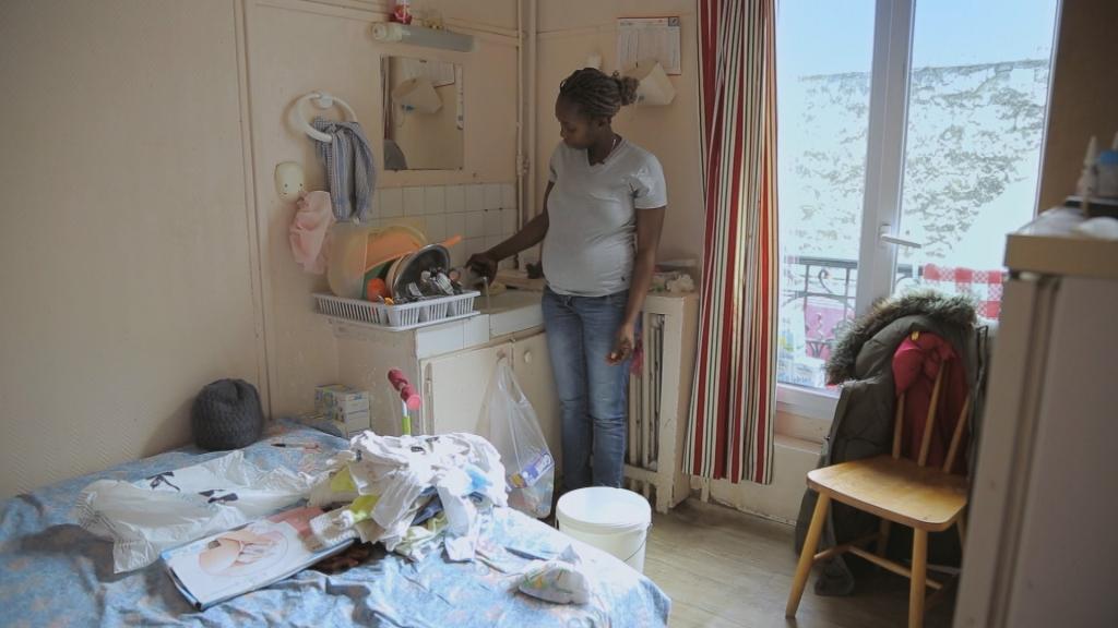 Bénédicte enceinte, dans sa chambre d'hôtel allouée par le 115