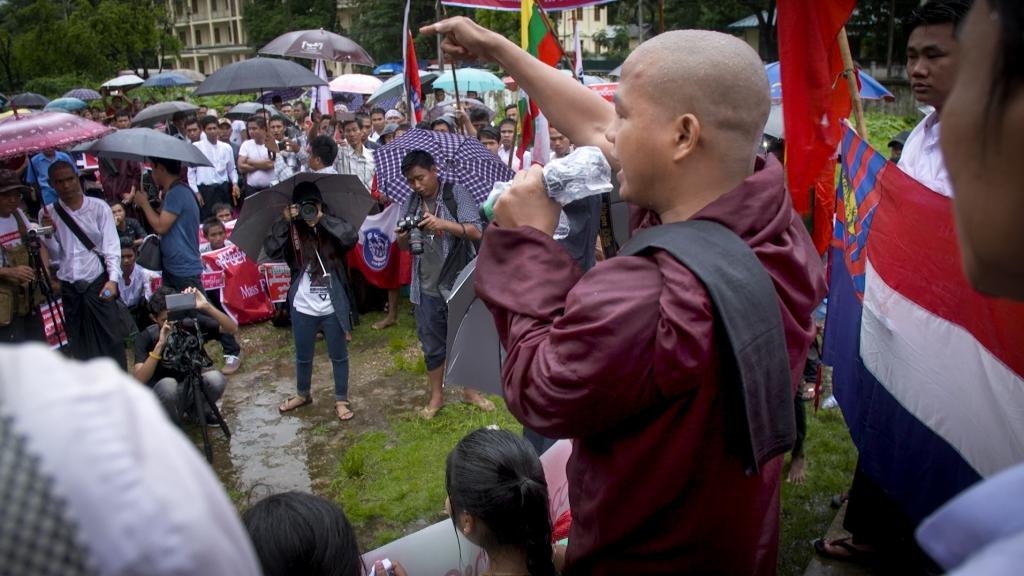 Les moines nationalistes tiennent un discours anti-musulman très fort, que le film décrypte