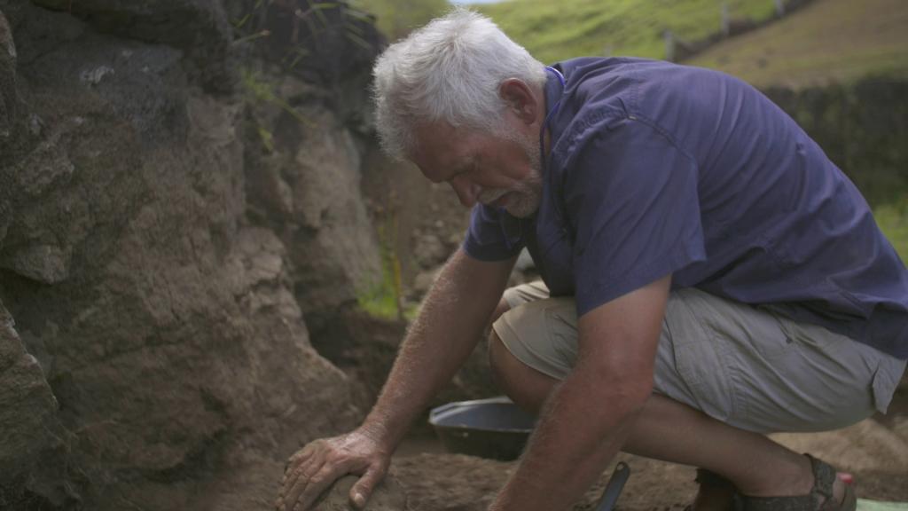 Nicolas Cauwe, archéologue, conservateur de la section Océanie des Musées royaux d'Art et d'Histoire de Bruxelles, est un des grands témoins du film