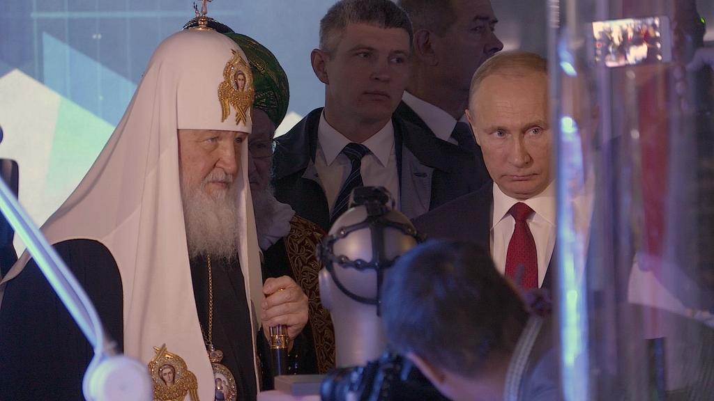 le patriarche Kirill et Vladimir Poutine mettent en scène en permanence la relation entre l'Eglise et le pouvoir politique.