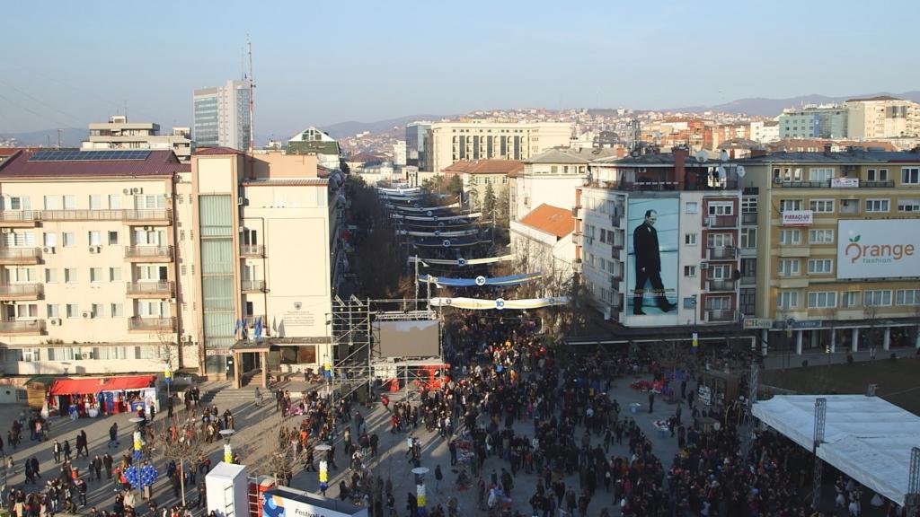 Pristina le jour des 10 ans du Kosovo
