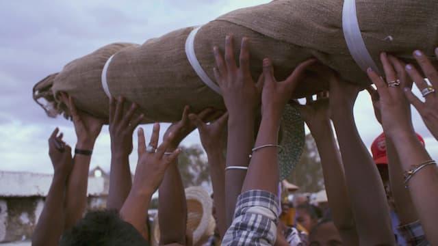 Madagascar : inviter les morts à la fête