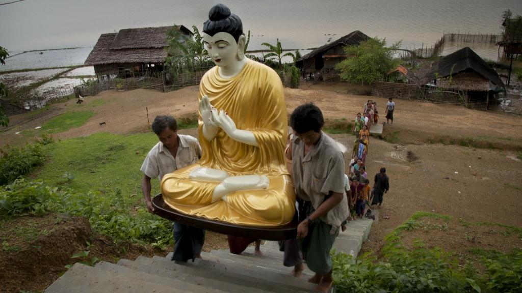 Le film montre le prosélytisme bouddhiste dans des zones chrétiennes du pays