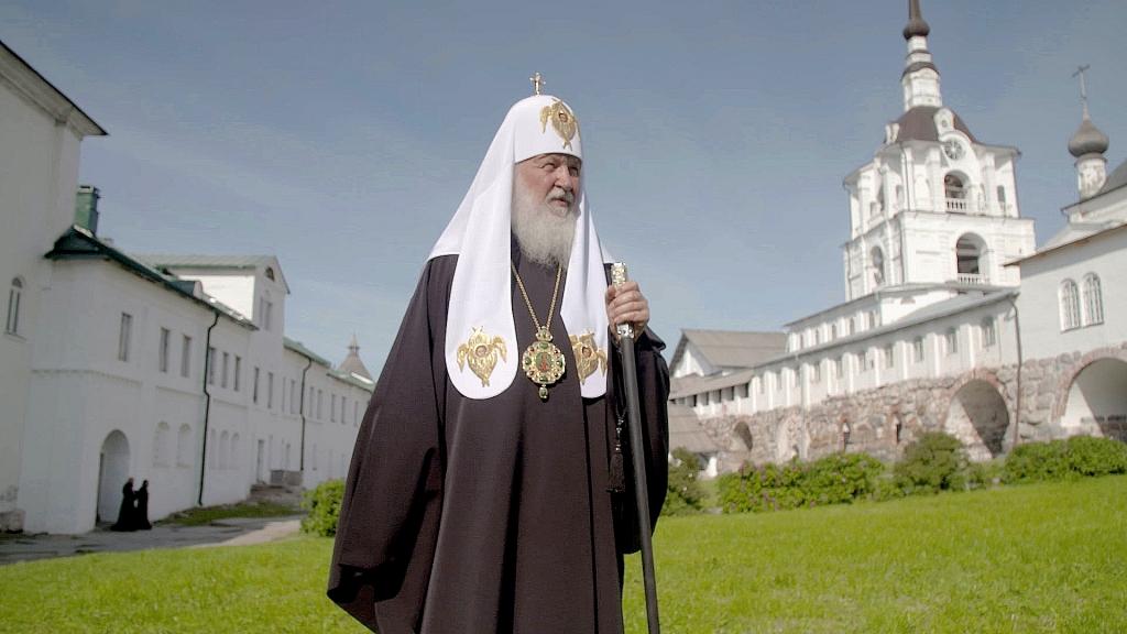 Kirill au monastère des iles Solovski, transformé en goulag, symbole des persécutions de l'église russe